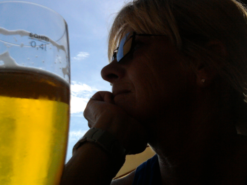 Im Bild entspannte Biertrinkerin
